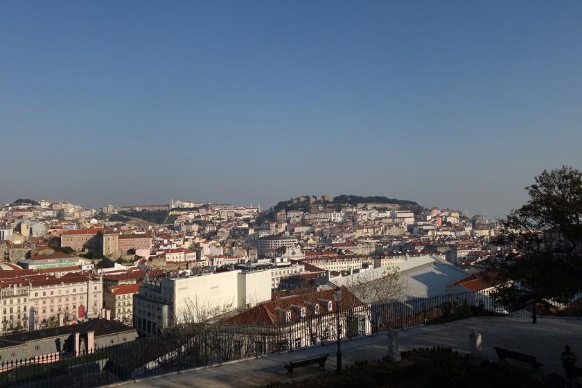 Blick auf die Burg (Miradouro S.Pedro d.A.)
