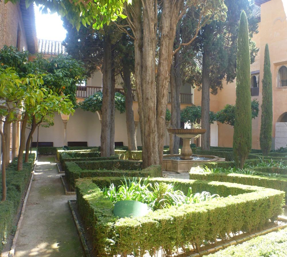Schön gepflegter Innenhof in der Alhambra