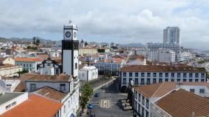 Blick auf Ponta Delgada und auf Igreja Matriz de São Sebastião