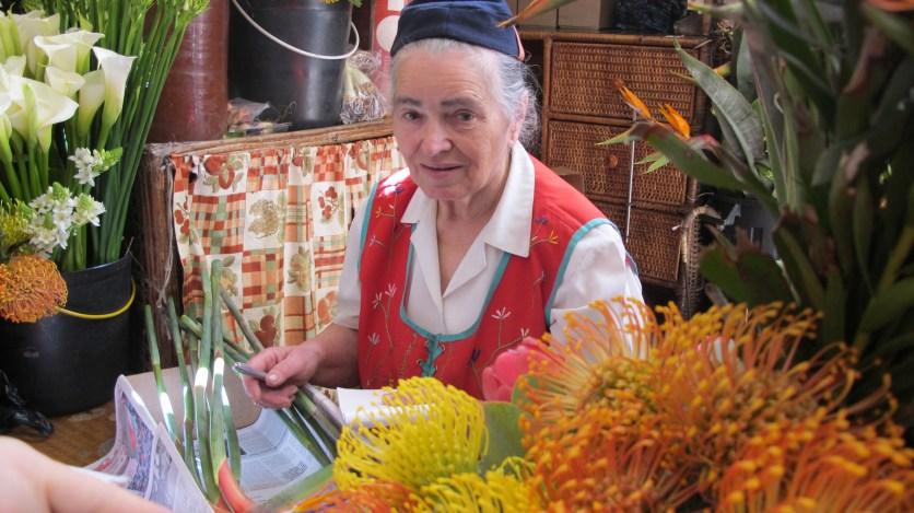 Marktfrau in Tracht auf Madeira