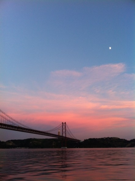 Blick auf die Tejo-Brücke im Sonnenuntergang vom Wasser aus