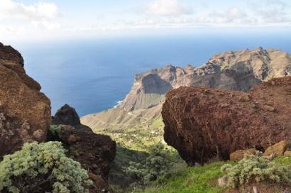 Blick durch Felsen auf das Meer vor La Gomera