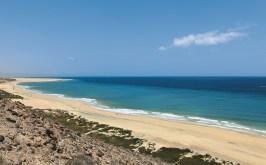 Panorama langer Sandstrand und Meer auf Fuerteventura