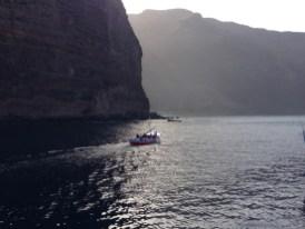 Kleines Boot vor der Steilklippe bei der Hafenausfahrt von Vueltas