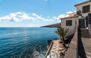 Haus und Promenade am Meer auf Madeira