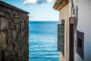 Hausfassade und Mauer am Atlantik auf Madeira
