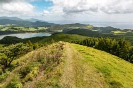 Hügel und Meerblick am Furnas See Sao Miguel