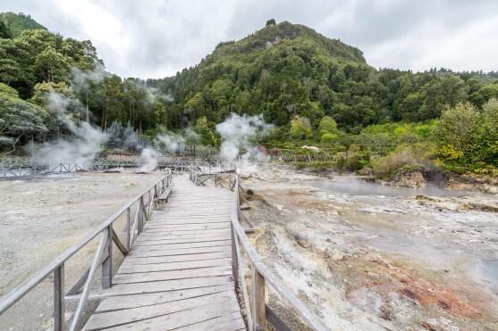 Holzsteg durch heiße Quellen Azoren Furnas