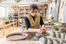 Arbeiterin in der Keramikfabrik Azoren