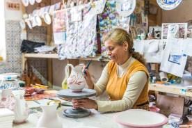 Frau bemalt Vase in Keramikfabrik Azoren