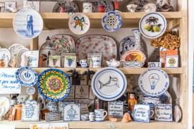 Regal mit Keramikkunst Fabrik Azoren