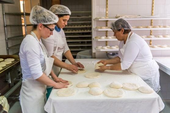 Bäckerinnen bereiten Bolo Levedo auf Azoren zu