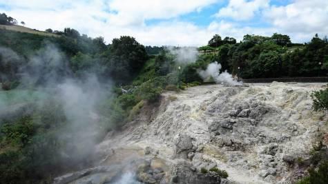 Dampfende heiße Quellen in Furnas Azoren