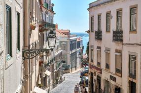Straße in Lissabon mit Blick auf Tejo