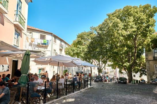 Straße mit Restaurants in Lissabon