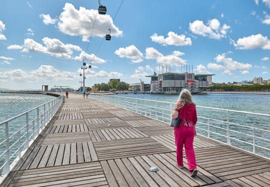 Frau auf Brücke Holzsteg Expo Gelände Lissabon