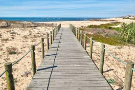 Steg zum Sandstrand in Portugal