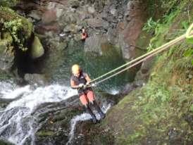 Abseilen Wasserfall Frau auf Madeira