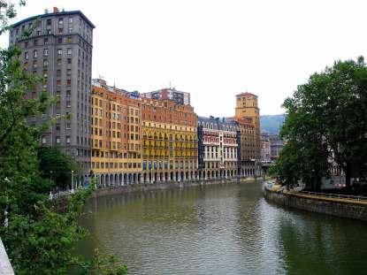Fluss und Häuser in Bilbao