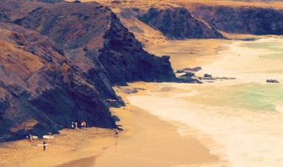 Blick auf La Pared Strand und Surfer Fuerteventura
