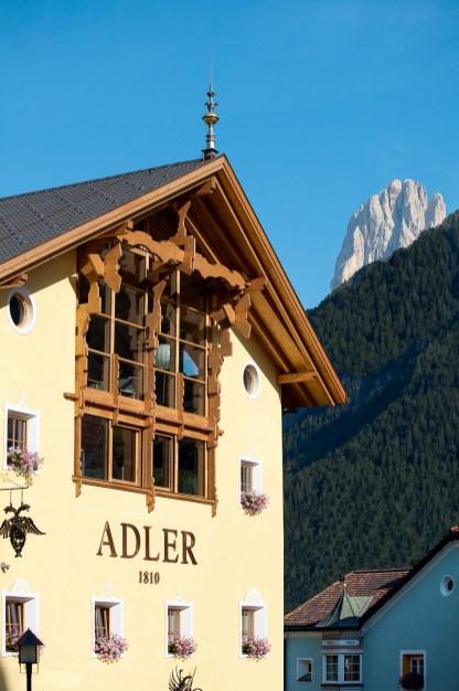 Fassade mit Bergblick Adler Dolomiti Spa & Sport Resort