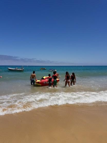 Wellen und Banana Boat am Strand von Porto Santo
