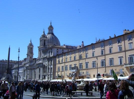 Piazza Navona in Rom mit blauem Himmel
