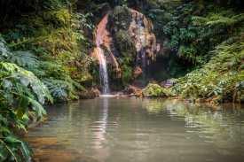 Wasserfall und Wasserbecken der Caldeira Velha