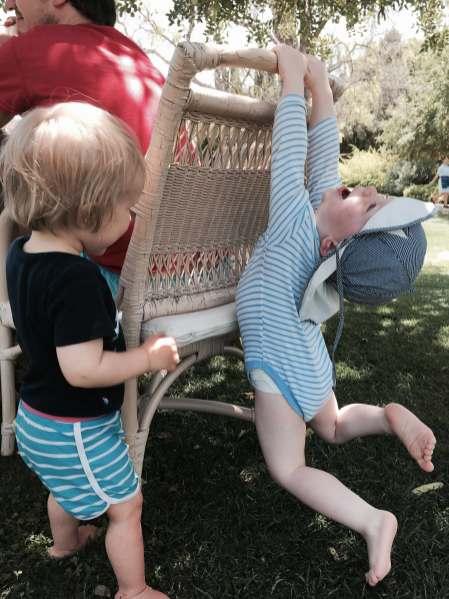Kinder spielen an der Algarve