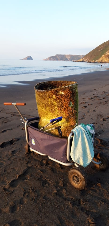 Bollerwagen mit Müll am Strand