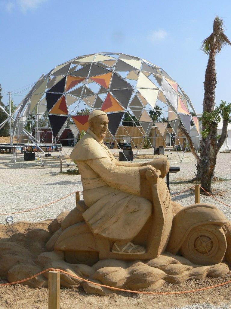 Papst auf Vespa Sandcity Algarve