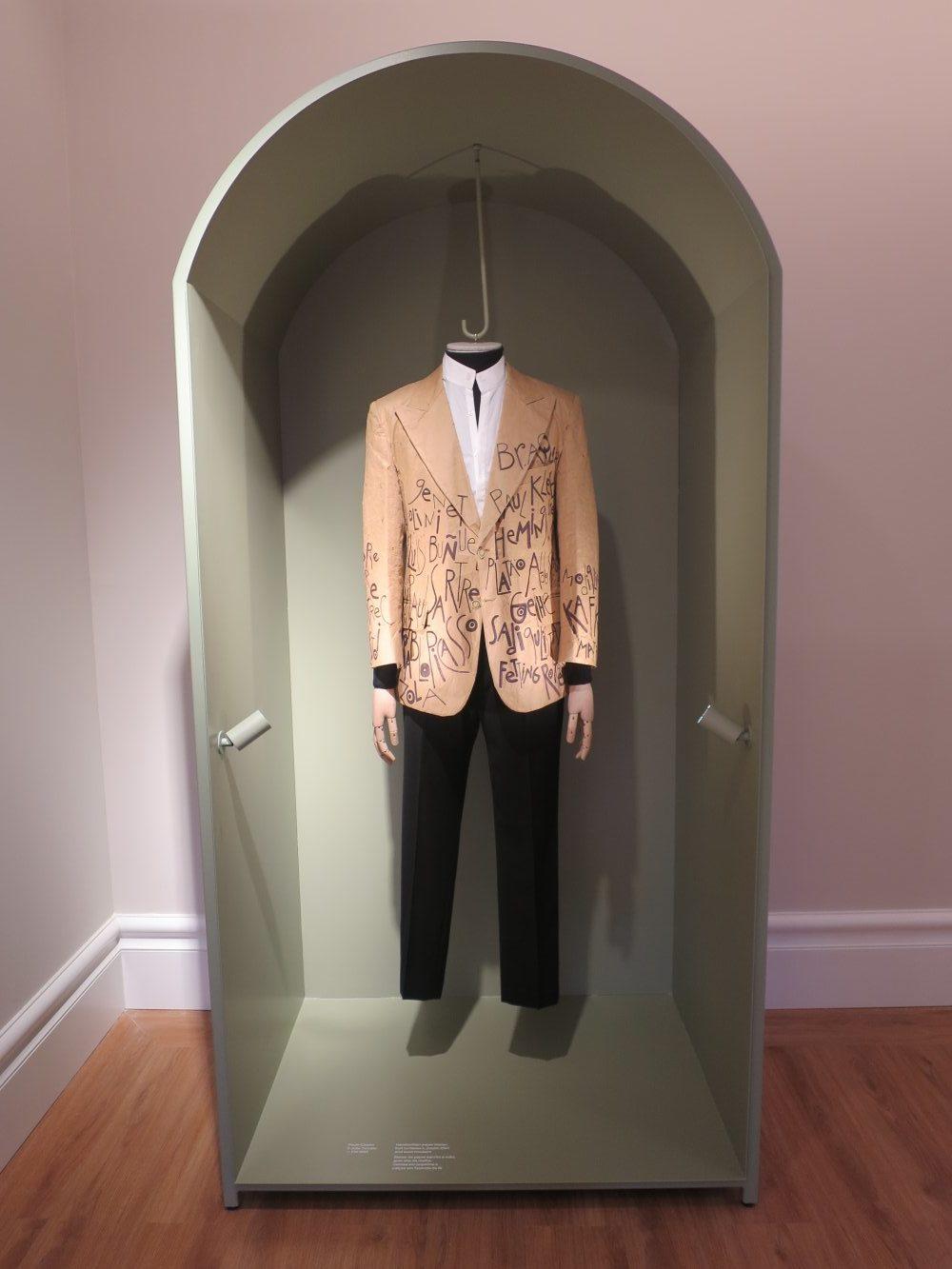 Blazer aus Papier im Fashion & Fabric Museum