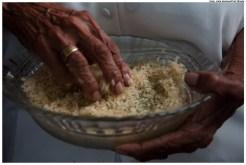 Todo ano, milhares de pessoas participam da cerimônia. Na imagem, devota prepara o arroz, símbolo e alimento de Oxalá, para ser distribuído entre os participantes. Foto: Laila Santana/Pref.Olinda