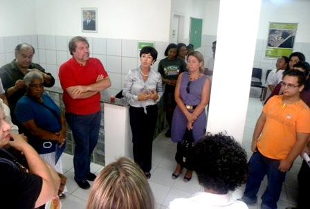O prefeito Renildo Calheiros e a secretária de Saúde Tereza Miranda durante a solenidade. Foto: Secretaria de Saúde de Olinda
