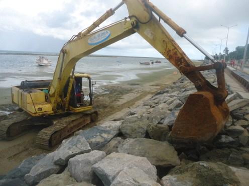 Manutenção dos serviços de contenção do avanço do mar. Foto: Collier Construtora