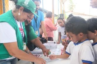 Os agentes de combate às endemias de Olinda deram dicas sobre a melhor forma de combater o mosquito durante a ação. Foto: Tiago Peixoto/Pref.Olinda