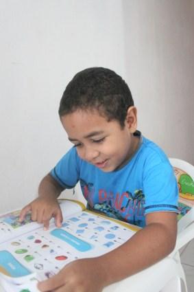 O aluno Miguel da Silva, de 6 anos é um dos estudantes beneficiados pelo Pontinho de Leitura. Foto: Rodrigo Barradas/Pref.Olinda