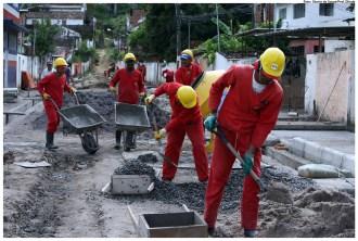 Obras de pavimentação e saneamento na Rua Jorge de Sá, em Caixa d'Água. Foto: Otavio de Souza/Pref.Olinda