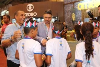 Prefeito e organizador do evento conversão com as crianças Foto: Alice Mafra/Prefeitura de Olinda
