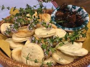Biscotti ai fiori di timo con olive
