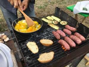 Barbecue con salsicce, zucchine e frittata