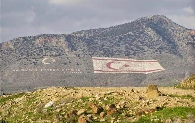 Έχουν κρύψει ομαδικό τάφο μαρτύρων της κυπριακής γενοκτονίας κάτω από την βέβηλη σημαία στα κατεχόμενα!