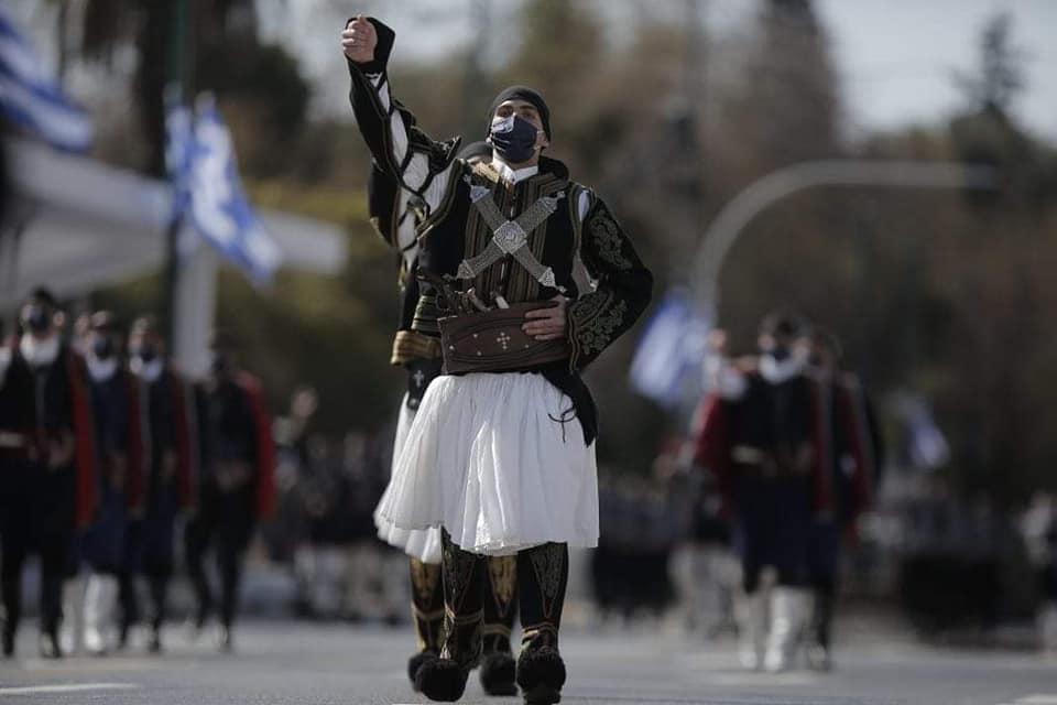 Με τις παραδοσιακές στολές των Σαρακατσαναίων της Πιερίας παρέλασαν οι σπουδαστές της Σχολής Μονίμων Υπαξιωματικών στη στρατιωτική παρέλαση της Αθήνας