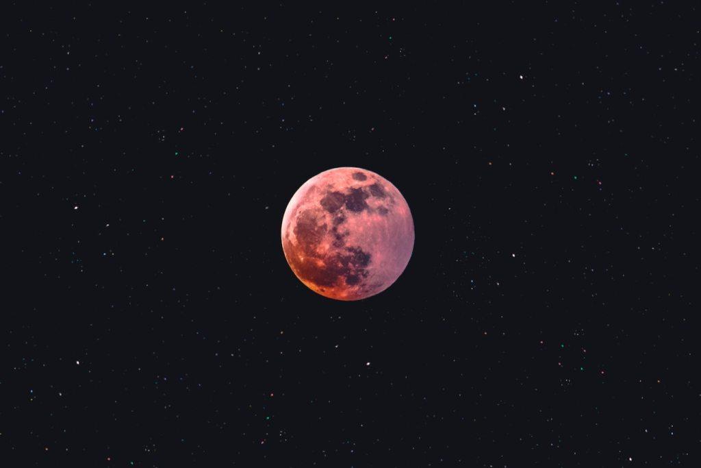 Απόψε και αύριο η «Ροζ Υπερπανσέληνος», το φωτεινότερο φεγγάρι του έτους