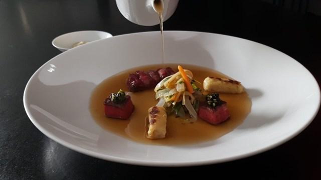 Pot au Phô de paleron de Wagyu japonais, gnocchide pomme de terre et céleri, condiment daikon raifort et moutarde à l'ancienne, gomasio au sel fumé, ail noir et céleri