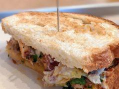 un sandwich poulpe tahini chou kale, citron confit de Mokoloco