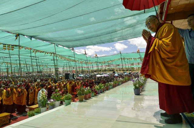©dalailama.com H.H the XIV Dalai Lama greeting the crowd at Ladkh Kalachakra