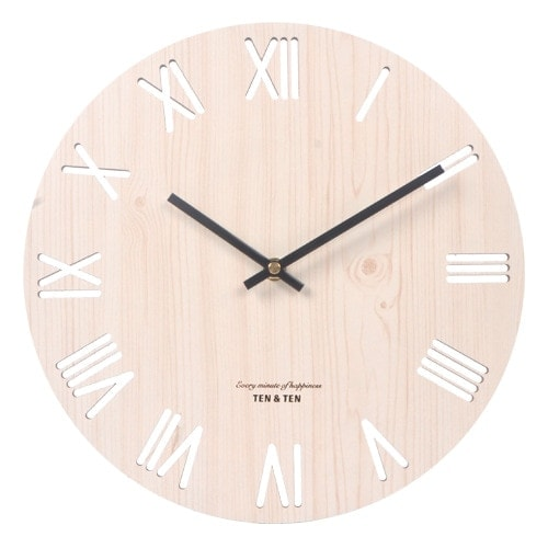 Horloge en bois clair chiffres romains ajourés style nordique