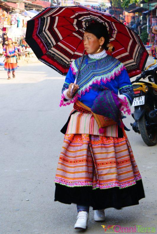 Vietnam - Bac Ha - Marché - Hmong en habit traditionnel