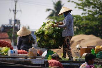 Vietnam - Cantho - Vendeuse de légumes sur l'eau